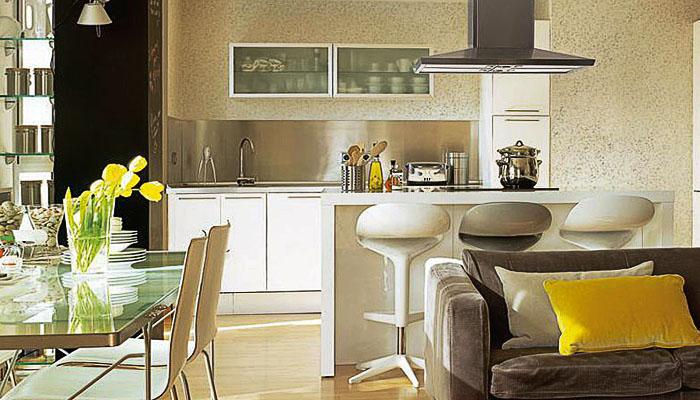Шелковистые жидкие обои на кухне