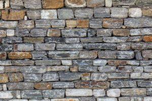 Как клеить декоративный камень на стены с обоями — алгоритм, особенности, фото
