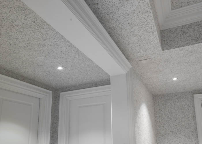 Светлые жидкие обои на потолке коридора