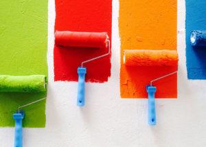 Обои под подкраску: плюсы и минусы. Фото работ в интерьере